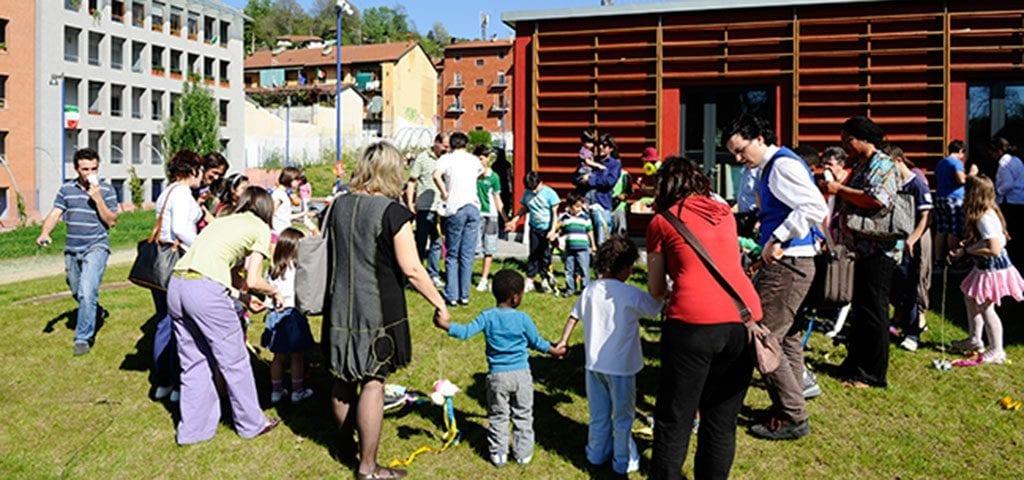 CasaOz - bimbi che giocano in cortile