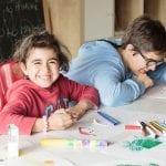 CasaOz - una bambina sorride felice durante un laboratorio