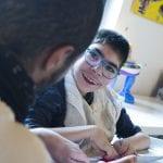CasaOz - un bambino sorride all'educatore nella casa