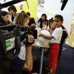 CasaOz - la telecamera di Rai YoYo riprende un bambino durante un laboratorio