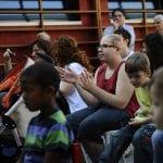 CasaOz - bambini applaudono durante un incontro