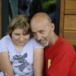 CasaOz - un educatore abbraccia una bambina di CasaOz