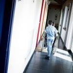 CasaOz - un bambino spinge la carrozzella del suo amichetto nei corridoi della casa