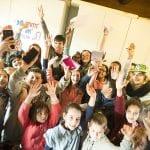 CasaOz - Giorgia Boni e i bambini di CasaOz con le braccia al cielo