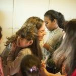 CasaOz- Giorgia Boni abbraccia affettuosamente una bambina di CasaOz