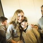 CasaOz - Giorgia Boni abbraccia una bambina di CasaOz
