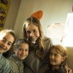 CasaOz - Giorgia Boni in posa con alcune bambine di CasaOz